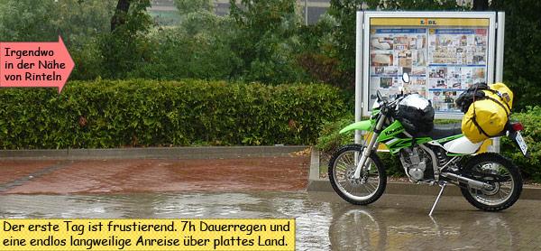 Kawasaki KLX250 auf großer Reise im Regen mit Gepäck